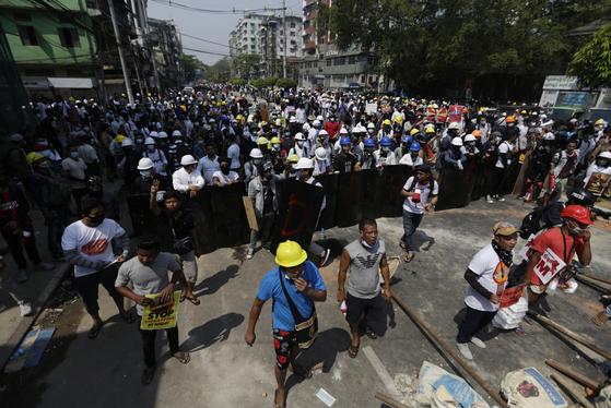 지난 28일 미얀마 양곤에서 군부 쿠데타에 반대하는 시위가 열렸다. 이날 군경의 시위 진압과정에서 최소 11명의 시위대가 숨졌다. [EPA=연합뉴스]