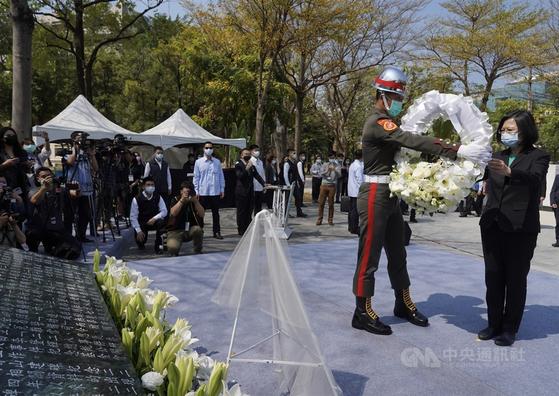 대만 차이잉원 총통이 가오슝 시립 역사박물관에서 열린 2·28 74주년 기념식에서 희생자에게 헌화하고 있다. [대만 중앙통신사 캡처]
