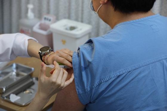 27일 오전 서울시 중구 을지로 국립중앙의료원 중앙예방접종센터에서 의료진이 화이자 백신을 접종 받고 있다. 연합뉴스