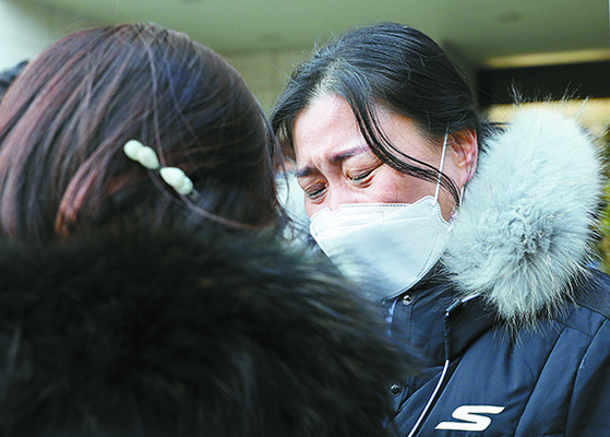 지난달 15일 오후 인천 미추홀구 인천지방법원에서 학대 피해 아동 부모들이 눈물을 흘리고 있다. [뉴시스]