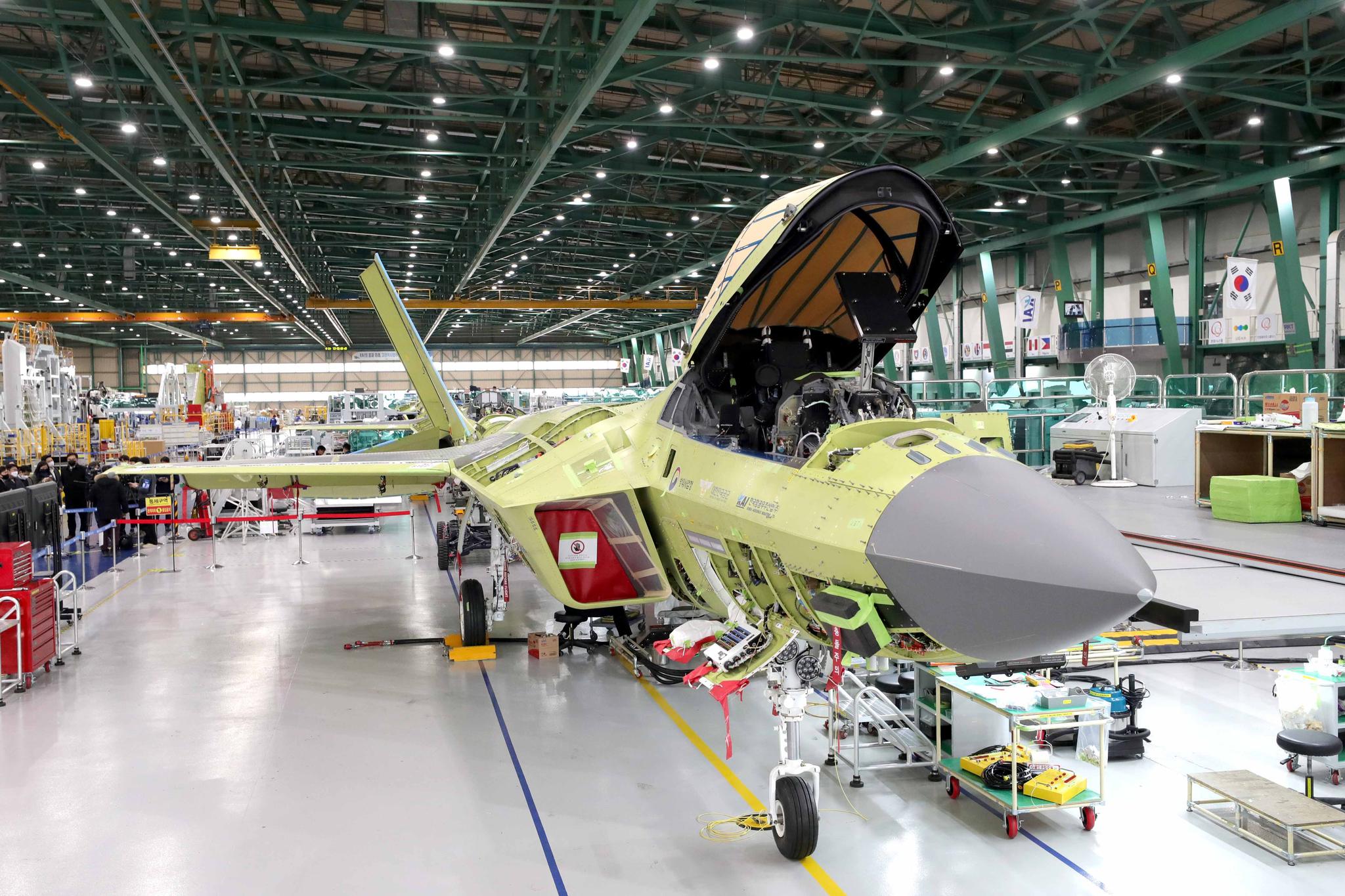 지난 24일 경남 사천 한국항공우주산업(KAI) 공장에서 오는 4월 출고할 한국형 차세대 전투기(KF-X) 시제기를 처음 공개했다. 도장만 하지 않은 완전한 형태다. [사진 국방일보]