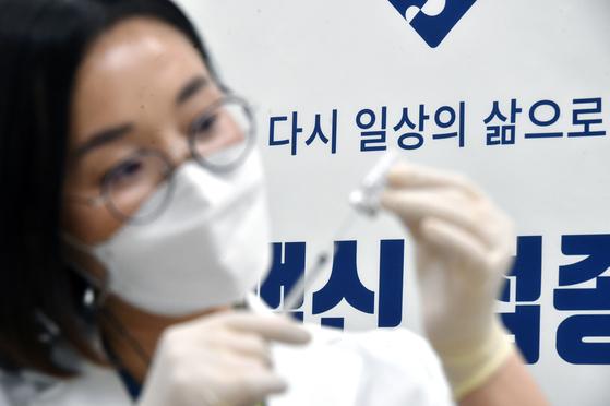 아스트라제네카 백신 접종이 시작된 2월 26일 오후 경기도 수원시 아주대학교 요양병원에서 의료진이 접종을 준비하고 있다. [뉴스1]