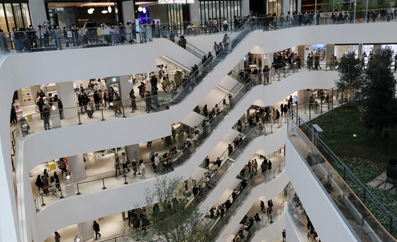 연휴인 1일 오후 서울 여의도 '더현대 서울'이 쇼핑을 즐기는 시민들로 붐비고 있다. 방역당국은 수도권 2단계, 비수도권 1.5단계인 사회적 거리두기를 이날부터 14일까지 2주간 추가로 연장했다. 뉴스1