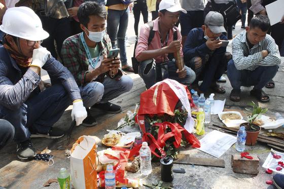미얀마 최대 도시인 양곤에서 28일(현지시간) 사람들이 모여 이번 시위에서 사망한 시위대를 추모하고 있다. [AP=연합뉴스]
