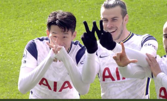 손흥민(왼쪽)이 베일과 글자 세리머니를 펼치고 있다. 손흥민은 한국(KOREA)를 뜻하는 'K'를 그렸다. [사진 토트넘 트위터 캡쳐]
