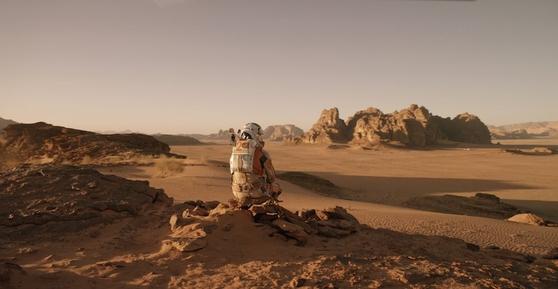 옛날부터 사람들은 화성을 주목하며 흥미를 품었고, 현재도 화성을 탐색하고 있다. 사진은 화성 탐사를 주제로 한 SF 영화 '마션'의 한 장면.