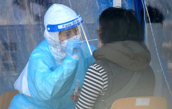 대전 한밭체육관 앞에 마련된 코로나19 임시 선별진료소에서 의료진들이 방문한 시민들을 신중히 검사하고 있다. 프리랜서 김성태