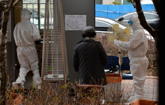 신종 코로나바이러스 감염증(코로나19) 백신 접종이 다시 시작된 2일 세종시 보건소 코로나19 선별진료소에서 의료진들이 방문한 시민들을 분주히 검사하고 있다.김성태 기자