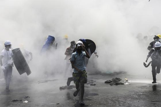 2일(현지시간) 미얀마 양곤에서 군경이 시위대를 향해 최루탄을 터뜨렸다.[EPA=연합뉴스]