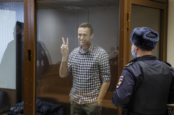 지난달 20일(현지시간) 러시아 야권 지도자 알렉세이 나발니가 모스크바 바부슈킨스키 구역 법원에서 열린 항소심에 출석했다. 그는 항소심에서도 1심 판결과 마찬가지로 징역 약 2년 6개월형을 선고받았다. [EPA=연합뉴스]