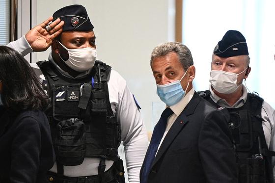 니콜라 사르코지 전 프랑스 대통령이 1일(현지시간) 최종 판결을 듣기 위해 파리 법원 청사에 도착하고 있다. AFP=연합뉴스