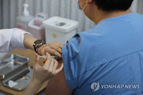 지난달 27일 서울시 중구 국립중앙의료원 중앙예방접종센터에서 의료진이 화이자 백신을 접종 받고 있다. 사진공동취재단