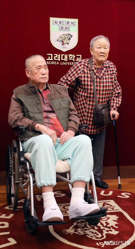 평생 모은 400억원 상당의 재산을 기부해 국민훈장 목련장을 받는 김영석씨, 양영애씨 부부. 뉴시스