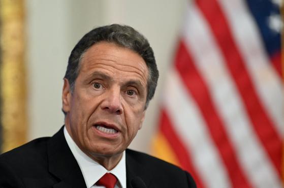 """앤드루 쿠오모 뉴욕주지사를 향한 '미투 폭로'가 이어지고 있다. 비난이 거세지자 그는사과문을 내놨지만, 피해 여성은 """"진정한 사과가 아니""""라고 비판했다. AFP=연합뉴스"""