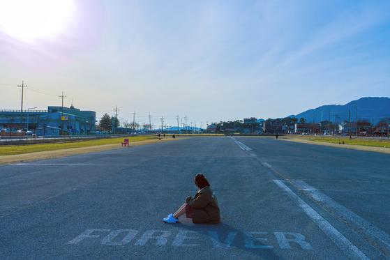 제천 옛 모산비행장 활주로. BTS 뮤직비디오에 나왔던 그 탁 트인 도로다.