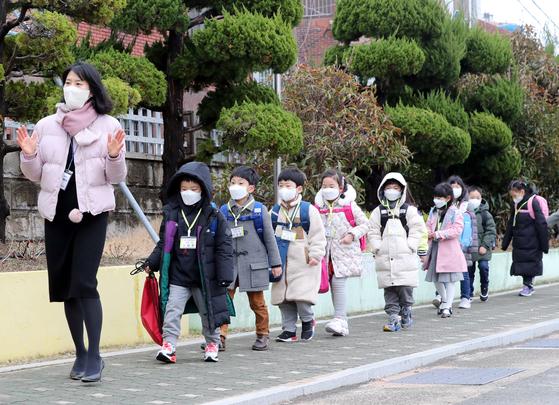 2일 오전 부산 동래구의 한 초등학교에서 입학생들이 선생님의 안내에 따라 줄지어 교실로 들어가고 있다. 연합뉴스