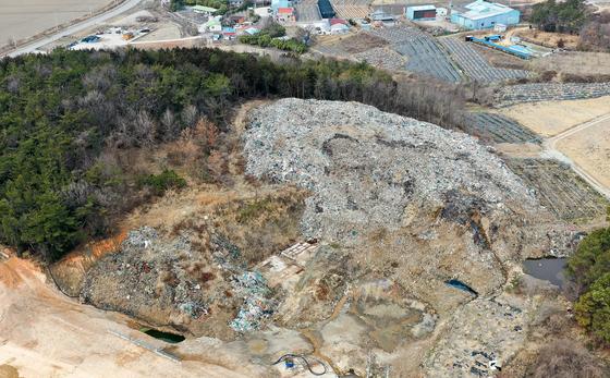 지난달 24일 전남 영암군 삼호읍의 한 야산에 불법폐기물 1만1000t이 쌓여 있다. 영암군이 쓰레기 4000t을 치웠지만, 예산이 부족해 쓰레기산이 남아 있다. 프리랜서 장정필