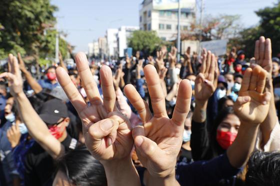 지난달 9일(현지시간) 미얀마 만달레이에서 열린 쿠데타 군부 반대 시위현장에서 시위대가 세 손가락 경례를 하고 있다. [AP=연합뉴스]