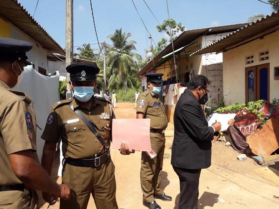 스리랑카 치안 판사가 지난달 28일(현지시간) 경찰들과 함께 델고다에서 발생한 아이 사망 사건 현장을 살펴보고 있다. AP=연합뉴스