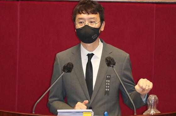 국민의힘 김웅 의원이 지난해 12월 11일 오전 서울 여의도 국회에서 열린 본회의에서 국정원법 개정안에 대한 무제한 토론(필리버스터)을 하고 있다. 뉴스1