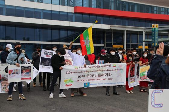 지난달 28일 오후 전국 미얀마 유학생과 근로자 150여명이 대전역 광장에 모여 본국에서 발생한 군사 쿠데타를 규탄하는 집회를 했다. 연합뉴스