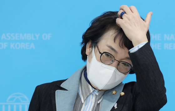 서울시장 후보에 출마한 김진애 열린민주당 의원은 2일 의원직 사퇴를 선언했다. 민주당과의 단일화 협상이 난항을 겪자 승부수를 던졌단 평가다. 오종택 기자