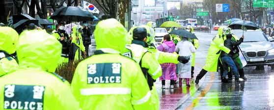 102주년 3·1절인 1일 보수단체 집회가 열린 서 울 종로구 보신각 인근에서 일부 참가자들이 행진하려 하자 경찰이 제지하고 있다. [뉴스1]
