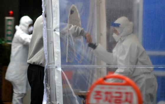 신종 코로나바이러스 감염증(코로나19)이 확산하고 있는 가운데 봄비가 내린 지난 1일 대전의 한 보건소 코로나19 선별진료소에서 의료진들이 방문한 시민들을 분주히 검사하고 있다.프리랜서 김성태