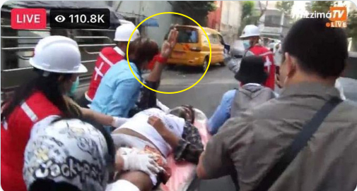 2월 28일(현지시간) 미얀마 양곤에서 한 남성이 군부가 쏜 총에 맞고 긴급 이송되고 있다. 이 남성이 들것에 실려가는 중에도 세 손가락 경례를 하는 모습이 현지 카메라에 찍혔다. [트위터 @krystalNCTzen 캡처]