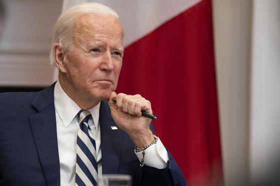 조 바이든 미국 대통령은 지난 24일 전기차용 배터리 등 첨단기술 제품의 글로벌 공급망을 점검하라는 내용의 행정명령에 서명했다. [EPA=연합뉴스]