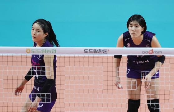 지난해 10월 경기에 출전한 이재영(오른쪽)과 이다영 선수. 연합뉴스