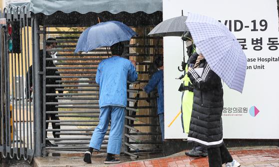 코로나19 백신 접종 사흘째인 1일 오후 코로나19 백신을 접종하고 있는 서울 중구 국립의료원 중앙접종센터에서 의료진이 들어가고 있다. 연합뉴스