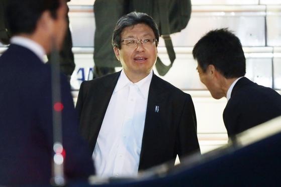 일본 아베 전 총리의 최측근으로 통하는 이마이 다카야 전 정무 비서관(가운데).[사진=지지통신 제공]