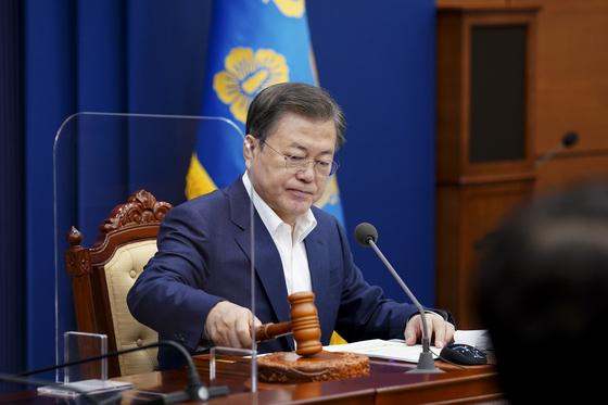 문재인 대통령이 2일 오전 청와대에서 제9회 국무회의를 주재하고 있다.연합뉴스