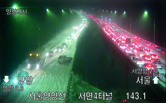 1일 강원 영동지역에 많은 눈이 내리면서 도로에 차량 수백 대가 고립되는 등 폭설 피해가 속출했다. 이날 오후 서울양양고속도로 서면4터널 부근에 차들이 줄지어 서 있다. [뉴스1]