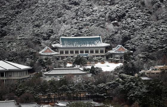 2일 오전 서울 종로구 청와대 일대가 새하얀 눈에 뒤덮혀 있다. 뉴스1