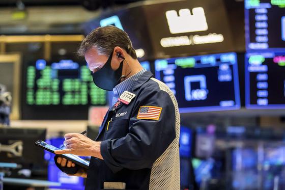 지난 1일 미국 뉴욕 증권거래소에서 한 트레이더가 증시 현황을 살펴보고 있다.[AP=연합뉴스]