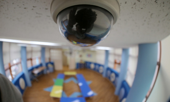 서울의 한 어린이집에 설치된 CCTV. 중앙포토
