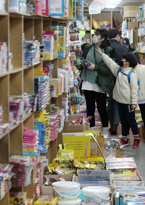 지난달 28일 서울 종로구 창신동 문구거리 아담 문구사에서 학부모들이 자녀와 함께 새학기 학용품을 고르고 있다. 뉴스1