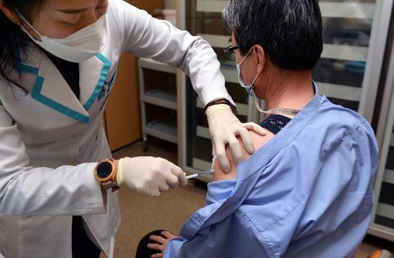 신종 코로나바이러스 감염증(코로나19) 백신 접종이 재개된 2일 세종시 보건소에서 의료진이 요양병원 종사자 등에게 아스트라제네카(AZ) 백신을 접종하고 있다.김성태 기자