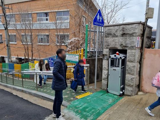 전국 유치원과 초·중·고교의 등교가 시작된 2일 서울 중랑구 면중초등학교 앞에서 한 학부모가 딸이 학교에 들어가는 모습을 지켜보고 있다. 김지혜 기자