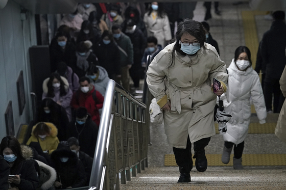 1일 중국 베이징의 한 지하철에서 시민들이 걸어가고 있다. [AP=연합뉴스]