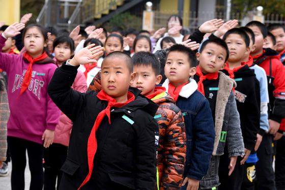 1일 중국에서 아이들이 개학식에 참석하고 있다. [신화=연합뉴스]