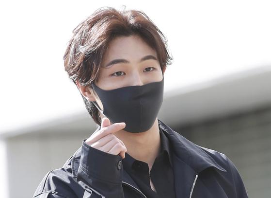 배우 지수가 지난달 15일 오후 서울 영등포구 KBS 별관에서 열리는 KBS2 드라마 '달이 뜨는 강' 제작발표회에 참석하며 인사를 하고 있다. 뉴스1
