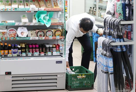 서울 시내의 한 편의점에서 시민들이 먹거리를 고르고 있다. [뉴스1]