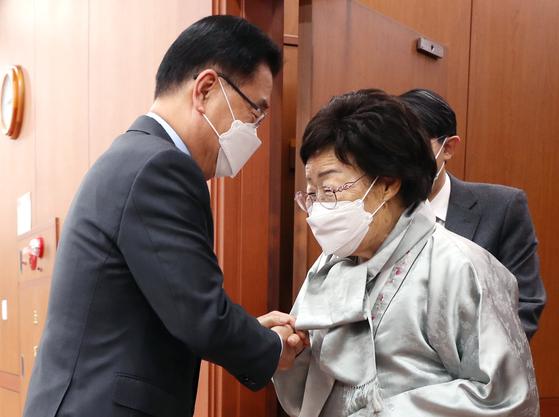 3일 서울 종로구 외교부 청사에서 이용수 할머니를 맞이하는 정의용 외교부 장관 [연합뉴스]