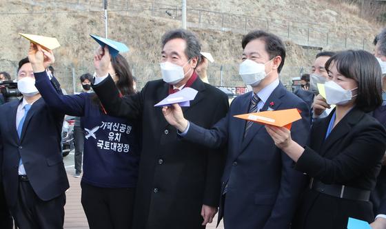 지난 1월 이낙연 더불어민주당 대표가 부산 강서구 가덕도 대항전망대를 방문해 당 관계자들과 종이비행기를 날리는 퍼포먼스를 하고 있다. 송봉근 기자