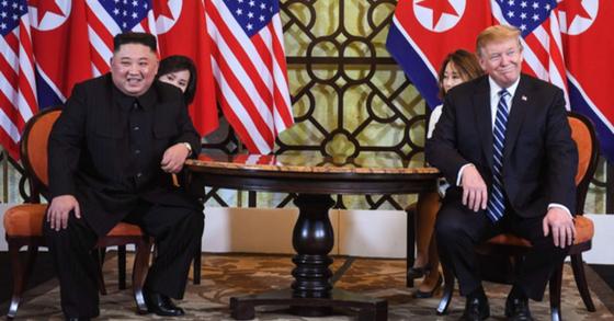 도널드 트럼프(오른쪽) 미국 대통령과 김정은 북한 국무위원장이 2019년 2월 베트남 하노이 소피텔 레전드 메트로폴 호텔에서 1대1 단독 정상회담을 하던 중 미소를 짓고 있다. [연합뉴스]