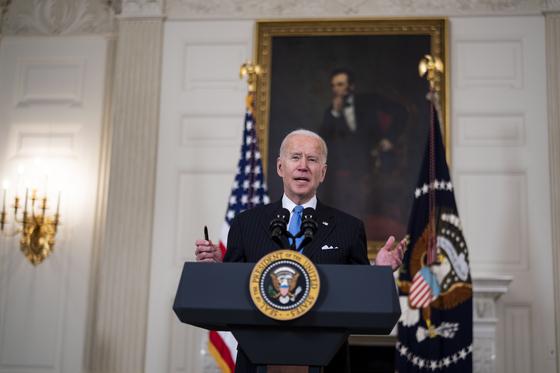 """조 바이든 미국 대통령은 2일 """"5월 말까지 모든 미국 성인이 접종할 수 있는 충분한 백신을 확보할 것""""이라고 말했다. [EPA=연합뉴스]"""