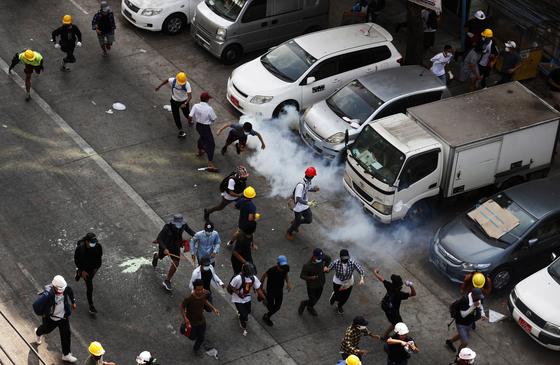 2일(현지시간) 미얀마 양곤에서 경찰이 시위대를 향해 최루탄을 쏘고 있다. [EPA=연합뉴스]